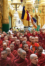 monks_shwedagon_09-07_150px.jpg