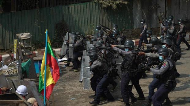 စစ်ကိုင်းတိုင်း မုံရွာမြို့တွင် စစ်အာဏာသိမ်းမှု ဆန့်ကျင်ဆန္ဒပြသူများကို  စစ်တပ်နှင့်ရဲက အကြမ်းဖက်ဖြိုခွဲစဉ်။