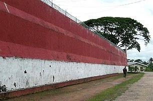 Insein_prison_wall_305_z
