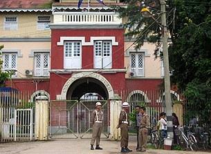 insein_prison_gate_305_z.jpg