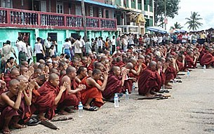 monks_praying_305px.jpg