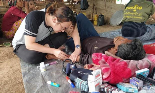 အခက်အခဲတွေကြားက စစ်ဘေးဒုက္ခသည်တွေကို ဆေးဝါးကုသနေတဲ့ ဆရာဝန်တစ်ဦး