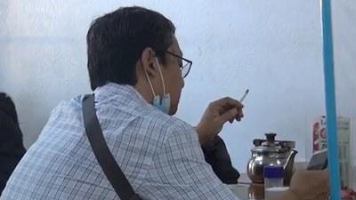 စားသောက်ဆိုင်တခုတွင် ဆေးလိပ်သောက်နေသူတဦး။