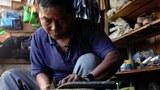 တီးတိန်မြို့က ဖိနပ်ချုပ်သမား