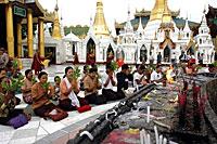 prayer_shwedagon_200px.jpg