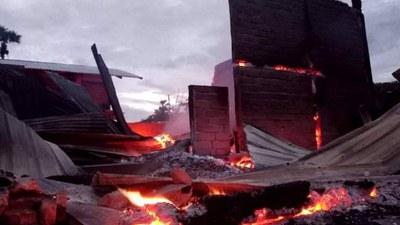 ကနီမြို့နယ်မှာ စစ်ကောင်စီတပ်တွေရဲ့ ပစ်ခတ်မှုကြောင့် မီးလောင်ပျက်စီးနေတဲ့ အိမ်တချို့ကို ၂၀၂၁ ဇူလိုင် ၂၃ ရက်နေ့က တွေ့ရစဉ်