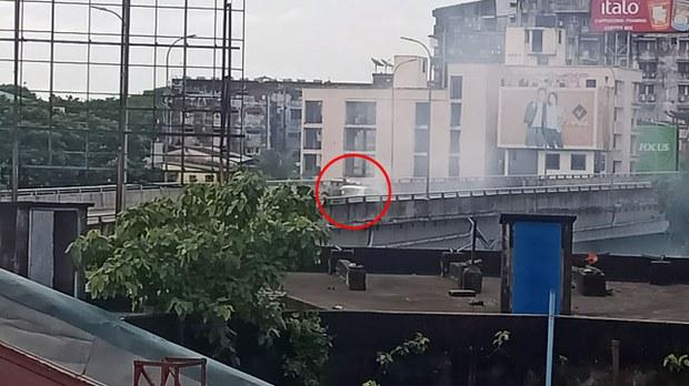 မြေနီကုန်း ခုံးကျော်တံတားပေါ် ရဲကားဗုံးပေါက်