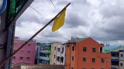 ရန်ကုန်မြို့၊ သမိုင်းမြို့နယ်က နေအိမ်တစ်ခုမှာ အလံဝါထောင်ပြီး အကူအညီတောင်းထားတာကို တွေ့ရစဉ်