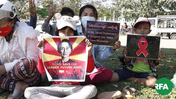 နိုင်ငံ့ခေါင်းဆောင်တွေကို လွှတ်ပေးဖို့ ဒက္ခိဏခရိုင်တရားရုံးရှေ့ ဆန္ဒပြ