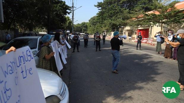 ရန်ကုန်သံရုံးတွေရှေ့ ရွေးကောက်ပွဲ ဆန္ဒပြသူတွေ အဖမ်းခံရ