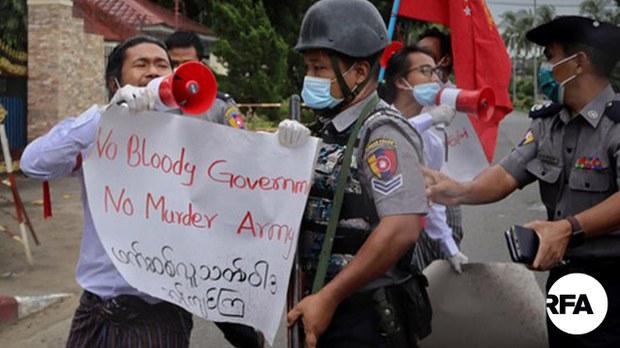 ရခိုင်မှာ အစိုးရနဲ့စစ်တပ်ကိုဆန္ဒပြခဲ့တဲ့ ကျောင်းသားလေးဦးကို ထောင်ဒဏ် ၂ နှစ်ခွဲစီချ