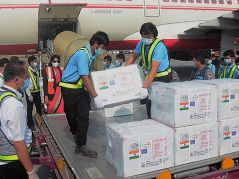 အိန္ဒိယနိုင်ငံမှ မှာယူထားသည့် ကိုဗစ်ကာကွယ်ဆေး (ကိုဗစ်ရှီးလ်) မြန်မာနိုင်ငံသို့ ၂၀၂၁ ဇန်နဝါရီလ ၂၂ ရက်နေ့က ရောက်ရှိလာစဉ်