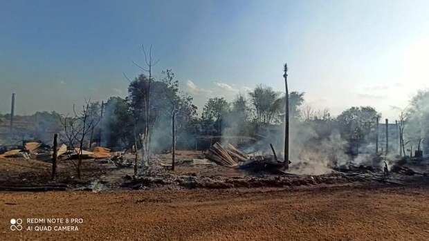 စစ်ကောင်စီတပ်တွေနဲ့ ဒေသခုခံကာကွယ်ရေးတပ်ဖွဲ့ PDF တို့ရဲ့ တိုက်ပွဲကြောင့် ဂန့်ဂေါမြို့နယ်ထဲက မီးလောင်ပျက်စီးသွားခဲ့တဲ့ နေအိမ်တွေကို ၂၀၂၁ မေ ၂၈ ရက်နေ့က တွေ့ရစဉ်