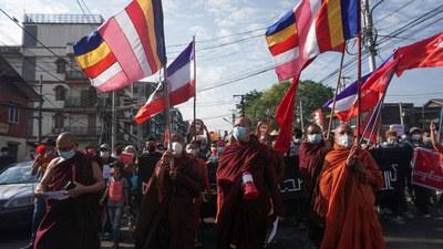 ဖေဖော်ဝါရီလလယ်ပိုင်းက ရန်ကုန်မြို့ စစ်အာဏာရှင်ဆန့်ကျင်ရေး ဆန္ဒပြပွဲမှာ ဦးဆောင်ပါဝင်ခဲ့ကြတဲ့ သံဃာတော်များ။