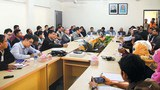 myanmar-officer-meet-bangladesh-refugees-622