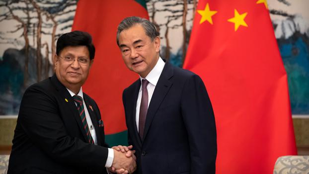 ၂ဝ၁၉ ဇူလိုင် ၅ ရက်နေ့က ဘင်္ဂလားဒေ့ရှ်နိုင်ငံခြားရေးဝန်ကြီး အဗ္ဗဒူလ်မိုမင်နှင့် တရုတ်နိုင်ငံခြားရေးဝန်ကြီး ဝမ်ယိတို့ တရုတ်နိုင်ငံ ဘေဂျင်းမြို့တွင် တွေ့ဆုံစဉ်၊