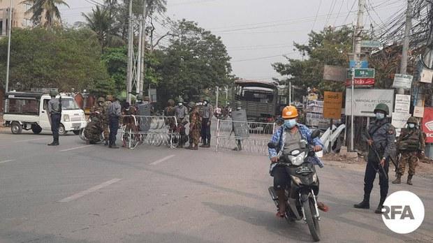 မန္တလေးမှာ အပြင်ထွက်သူတွေကို စစ်ကောင်စီက တင်းတင်းကျပ်ကျပ်စစ်ဆေး