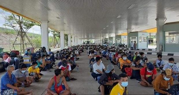 ထိုင်း-မြန်မာနယ်စပ်တံတားပိတ်လို့ မြန်မာအလုပ်သမား ၄ဝဝ နီးပါး နေရပ်ပြန်မရဖြစ်နေ