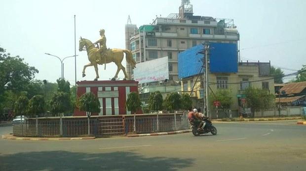 မုံရွာမြို့ပေါ် မီးပွိုင့်မှာ ယာဉ်ထိန်းရဲတစ်ဦး ပစ်သတ်ခံရ