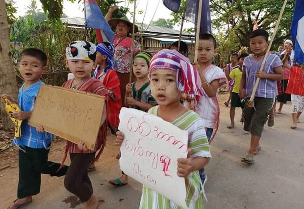 စစ်အာဏာရှင်ဆန့်ကျင်ရေးဆန္ဒပြပွဲမှာ တွေ့ရတဲ့ ကလေးငယ်တချို့။