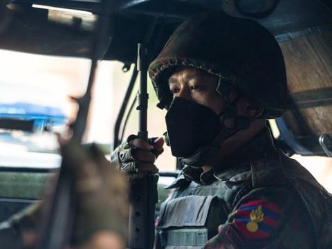 ၂ဝ၂၁ ခုနှစ် ဖေဖော်ဝါရီ ၂ ရက်က ရန်ကုန်မြို့မှာ စစ်ကောင်စီတပ်ဖွဲ့ဝင်တစ်ဦးကို တွေ့ရစဉ်။