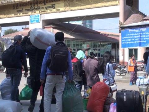 မူဆယ်နယ်စပ်ရှိ မြန်မာအလုပ်သမားများကို တွေ့ရစဉ်