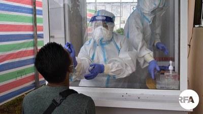 လားရှိုးမြို့မှာ ၂၀၂၁ ဇူလိုင် ၂၁ ရက်နေ့က တတိယလှိုင်း ကိုဗစ်ပိုးတွေ့လူနာတွေနဲ့ ဆက်စပ်သူတွေကို နှာခေါင်းအာခေါင်တို့ပတ် ယူနေစဉ်