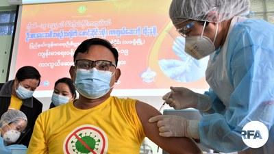 လားရှိုးမြို့၊ ပြည်နယ်ပြည်သူ့ကျန်းမာရေးရုံးမှာ ၂၀၂၁ ဇန်နဝါရီလ ၂၈ ရက်နေ့မနက်က Covidshield ကာကွယ်ဆေးထိုးနှံပေးစဉ်