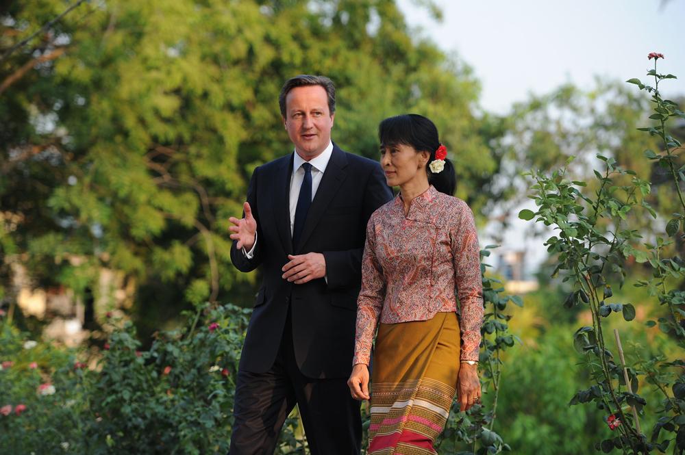 ၂ဝ၁၂ ခုနှစ် ဧပြီလ ၁၃ ရက်နေ့က ရန်ကုန်မြို့ တက္ကသိုလ်ရိပ်သာလမ်း နေအိမ်တွင် တွေ့ရသည့် ဗြိတိန်ဝန်ကြီးချုပ် ဒေးဗစ်ကင်မရွန်းနှင့် ဒေါ်အောင်ဆန်းစုကြည်။