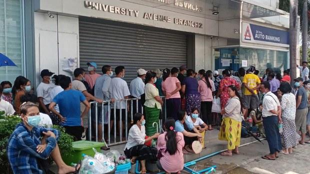 ရန်ကုန်မြို့ရှိ ဘဏ်တစ်ခုတွင် ATM စက်မှ ငွေထုတ်ယူရန် တန်းစီစောင့်ဆိုင်းနေသူများကို ၂၀၂၁ မတ်လ ၁၂ ရက်နေ့က တွေ့ရစဉ်။ (Photo: RFA)