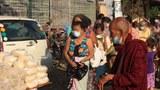 ရန်ကုန်မြို့၊ တောင်ဥက္ကလာပမြို့နယ်မှာ ပိုရင်လှူ၊ လိုရင်ယူ လှုပ်ရှားမှုပြုလုပ်ပြီး အစားအသောက်လှူဒါန်းနေတာကို ၂၀၂၁၊ ဧပြီ ၉ ရက်နေ့က တွေ့ရစဉ်