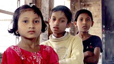 ရခိုင်ပြည်နယ် သဲချောင်းဒုက္ခသည်စခန်းတွင် နေထိုင်နေကြသော ရိုဟင်ဂျာကလေးငယ်တချို့ကို တွေ့ရစဉ်။