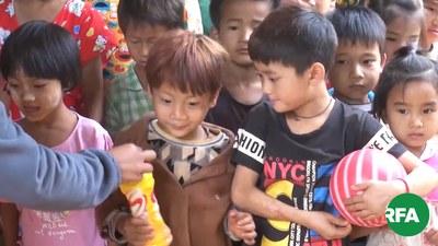 နမ္မတူမြို့နယ် မန်စံဘုန်းကြီးကျောင်းမှာ ခိုလှုံနေရတဲ့ စစ်ဘေးရှောင်ကလေးငယ်တွေကို တွေ့ရစဉ်