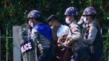 မွန်ပြည်နယ် မော်လမြိုင်မြို့မှာ ဖေဖော်ဝါရီလ ၁၂ ရက်နေ့က အာဏာရှင်ဆန့်ကျင်ရေး ဆန္ဒပြသူတစ်ဦးကို စစ်ကောင်စီ တပ်ဖွဲ့ဝင်တွေက ဖမ်းဆီးသွားစဉ်။