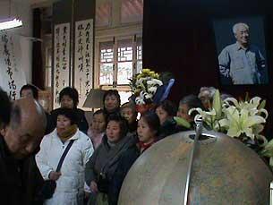 訪民在靈堂內肅穆悼念。(照片由到現場拜祭的訪民提供)