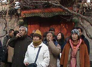 訪民在內院等候進入靈堂。(照片由到現場拜祭的訪民提供)