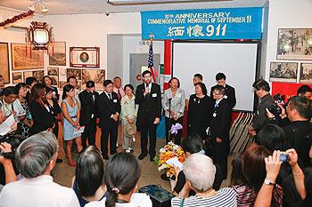 紐約市議員及幾十名華人出席911十周年紀念活動。(圖片由紐約酒店華裔協會提供)
