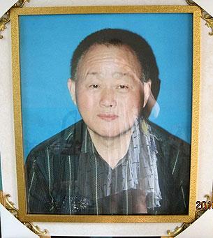 安徽访民梁茂荣因县镇政府欠债不还上访,因而受打压,他担心自己会遭遇不测,在2010 年拍下遗照。(由梁毅静提供)