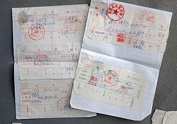 安徽灵璧县政府以发展企业为名,从1992年起先后向梁茂荣借款50多万。图为双方签订的单据。(梁毅静提供)