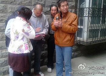 10月26日,海淀区当局上午公布了初步候选人名单,多名支持韩颖参选的村民陪她查看名单。(图片来源:韩颖)