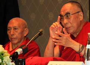 达赖喇嘛和西藏流亡政府总理桑东仁波切在研讨会上。(粤语部海蓝)
