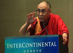 8月6日,达赖喇嘛在汉藏研讨会上讲话。(粤语部海蓝)