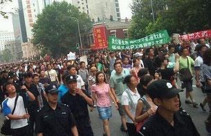 """大连民众在横额上写著""""我们要生存""""和""""福佳PX项目滚出大连""""。(照片由市民李女士提供,拍摄日期2011年8月14日)"""