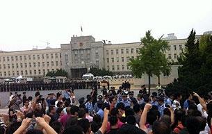 市政府门外大批武警驻守,禁止市民走近。但最终当局接受了民众的要求。(照片由市民李女士提供,拍摄日期2011年8月14日)