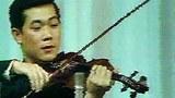 何東先生在1977年的獨奏音樂會上。(視像資料由何東先生提供)
