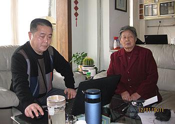 六四死难者家属唐德英(右),12月1日往中国天网人权事务中心向黄琦反映她的遭遇。(图片来源:黄琦提供)