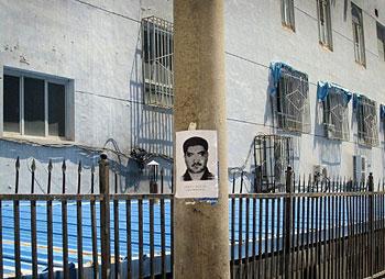 新疆喀什连续发生暴力袭击事件。这是喀什街头警方张贴的一名通缉犯的照片。中国官方周一晚间已经证实两名遭通缉的嫌疑犯已经被警方击毙。(法新社8月2日图片)