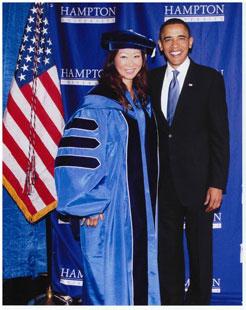 2010年5月27日,胡琳作為校董,在漢普頓大學校慶典禮上與嘉賓 奧巴馬總統 合影。(圖片來自Clippercorp.com)