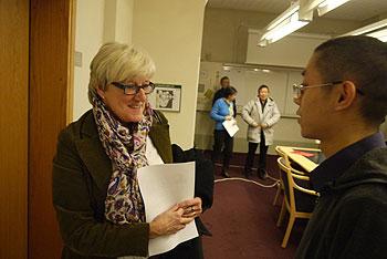 国际大赦组织的秘书Elisabeth Lofgren听取张蜀杰介绍情况。(张蜀杰提供)