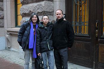 2012年1月26日星期四,長毛梁國雄,張蜀傑與斯德哥爾摩市議員Mattias Bernhardsson在瑞典國會大廈外合影。 (張蜀傑提供)